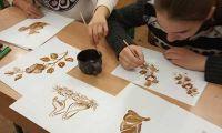 Учнi 9-Б класу , гурток ,,Чарiвний олiвець,, малюють кавою .